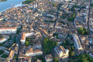 Vue de montgolfière de l'église Saint-Pierre, de la ville de Mâcon et de l'esplanade Lamartine en bord de Saône