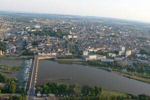 Pont de Loire, cathédrale Saint-Cyr et Sainte-Julitte et Palais Ducal à bord du ballon Arlequin