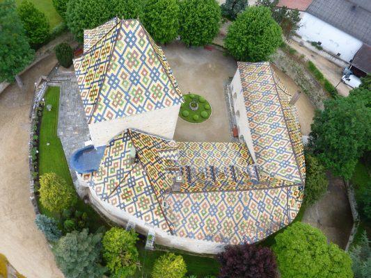 Les fameuses tuiles vernissées de Bourgogne vues de montgolfière