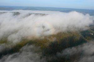 Vol en montgolfière au-dessus des nuages