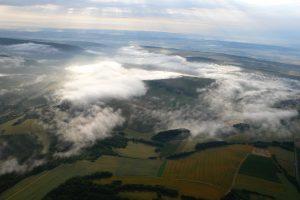 En montgolfière au-dessus des brumes matinales