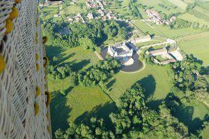 Vol en montgolfière au-dessus du château de Sully en Bourgogne