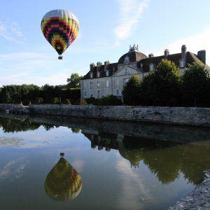 Reflets de la montgolfière dans l'eau