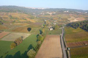 Ombre de la montgolfière dans la vallée avec les falaises de Saint-Romain