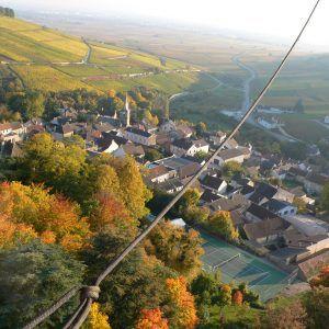 En montgolfière au-dessus de Pernand-Vergelesses un jour en automne.